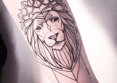 тату лев на руке