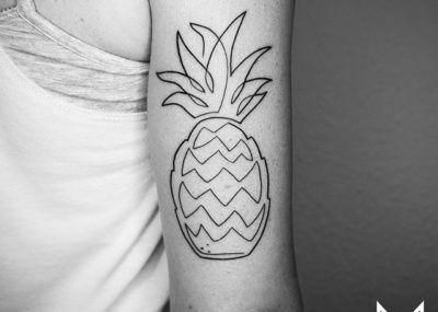Тату лайнворк ананас