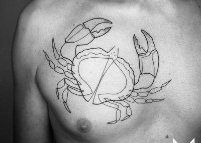 Тату лайнворк краб на груди