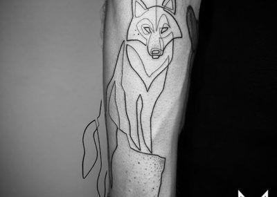 Тату лайнворк волк на руке