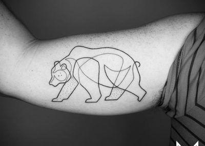 Тату лайнворк медведь на бицепсе