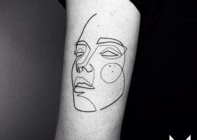 Тату лайнворк лицо на руке