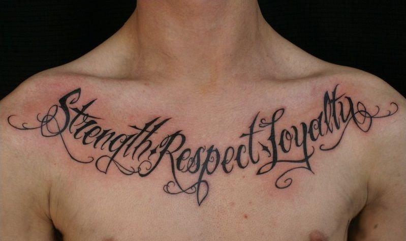 тату надпись на груди on-tattoo.ru