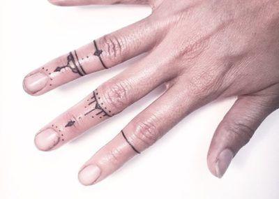 Тату на пальцах минимализм