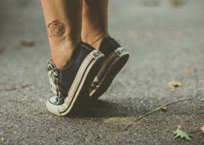 Тату минимализм на ноге