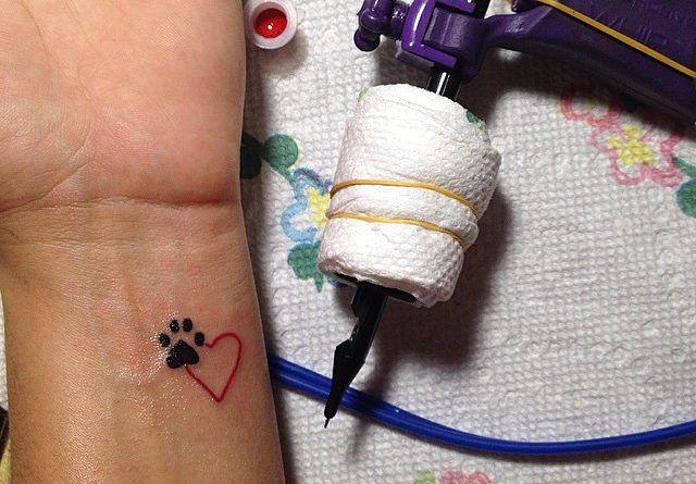 Тату минимализм сердце и след от лапы кота