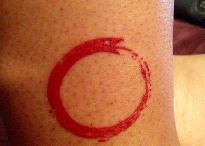 красное тату круг
