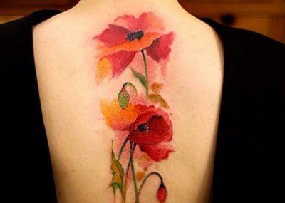 красное тату цветы на спине