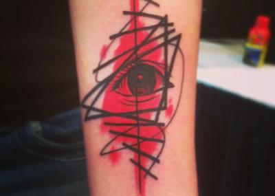 красное тату глаз