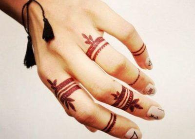 красное тату на пальцах