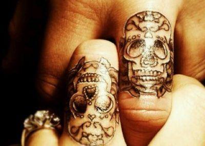 тату череп на пальцах