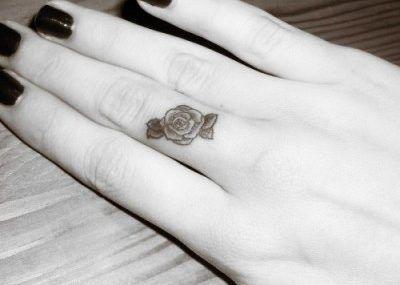 тату цветы на пальце мини