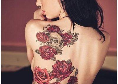 тату цветы на спине девушки