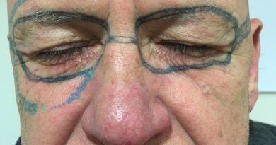 Татуировка-очки на лице