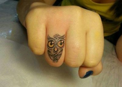сова тату на пальце