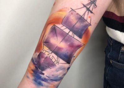 Тату акварель на руке корабль