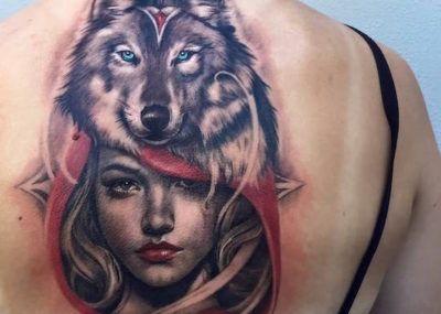 тату волк на спине девушка