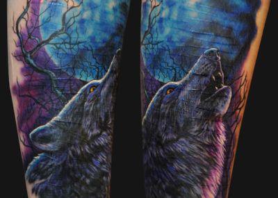 тату волк воет на луну
