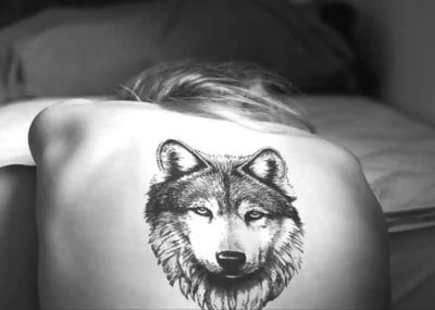 тату волк на спине