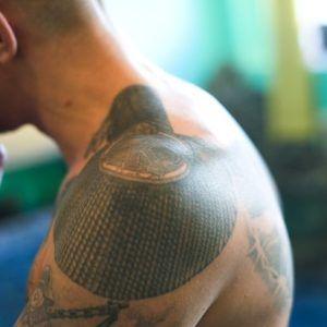 ЗК тату: эполетные татуировки и их значение