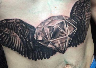 тату бриллиант с крыльями на животе