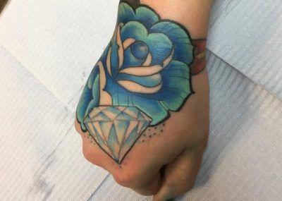 тату бриллиант с розой на запястье