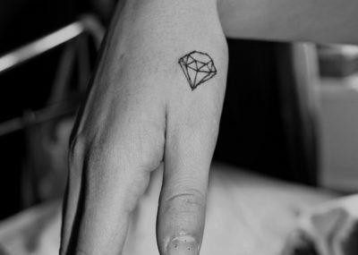 тату бриллиант мини на руке