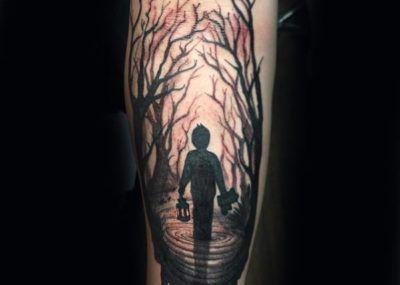 тату с человеком в лесу