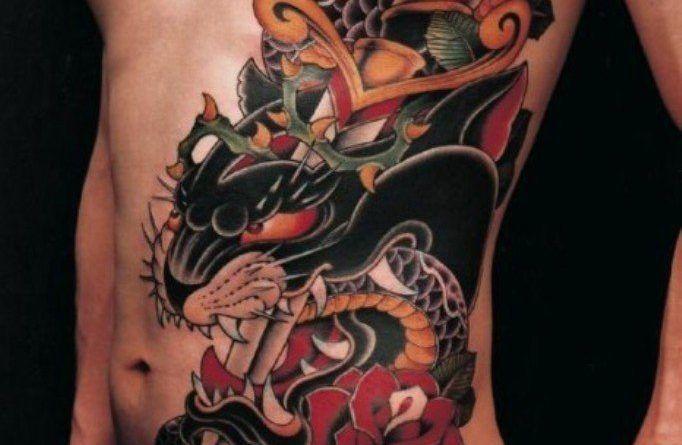 Татуировки змеи на ребрах