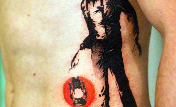 необычная татуировка на ребрах
