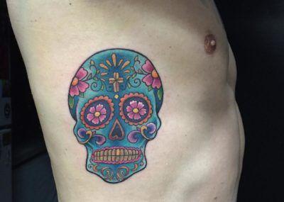 Татуировка черепа на ребрах