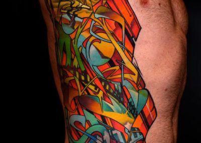 Яркая мужская татуировка на ребрах