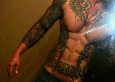 мужская татуировка на ребрах