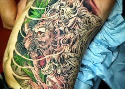 Тату лев на теле