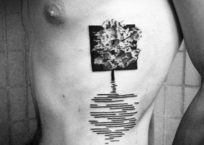 блэкворк татуировка на ребрах