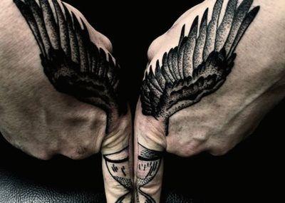 тату крылья на кисти