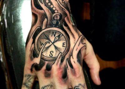 Тату на кисти часы