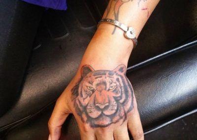 Тату на кисти тигр