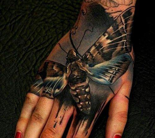 мотылек на руке