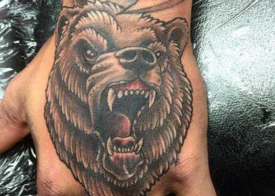 Тату на кисти медведь