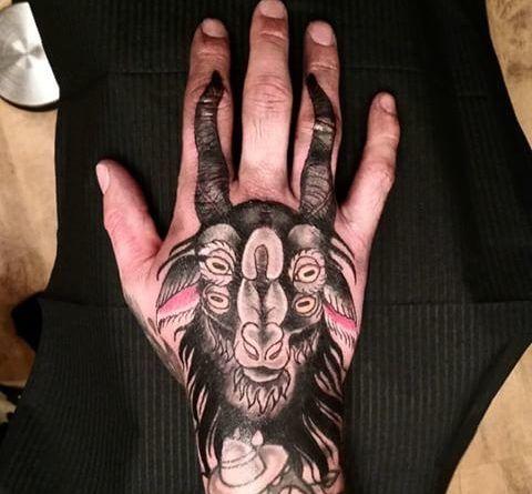 татуировка с козлом на руке