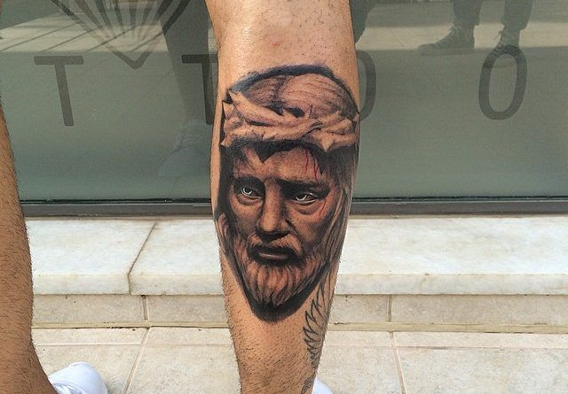 Тату с Иисусом на ноге