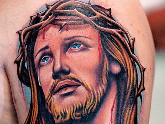 Тату с Иисусом на плече