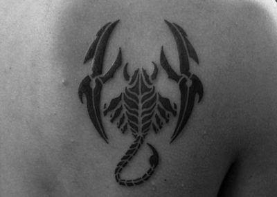 тату скорпион на спине