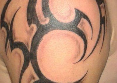 черно-белое тату на плече