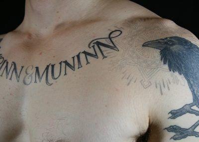 тату ворон с надписью