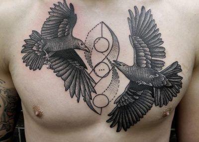 тату два ворона на груди