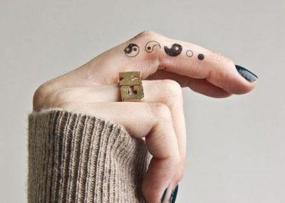 татуировки инь янь на пальце