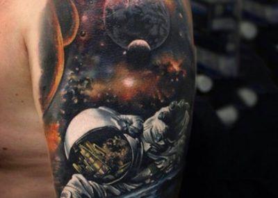 Тату космоса на плече
