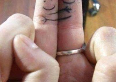 парные тату смайлики на пальцах